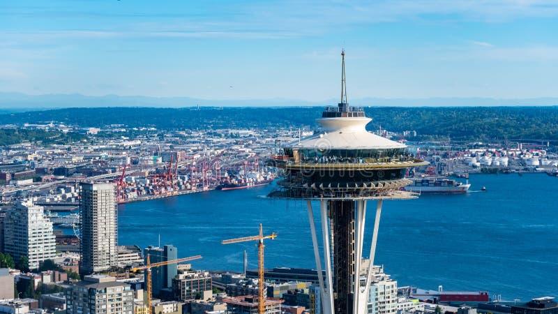 Die Aussichtsplattform der Raum-Nadel mit Elliott-Bucht in Seattle Washington lizenzfreie stockfotos