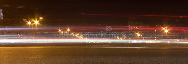 Die Autobahn nachts Das Auto bewegt sich mit schneller Geschwindigkeit nachts Blured-Straße mit Lichtern mit Auto auf hoher Gesch lizenzfreie stockfotografie