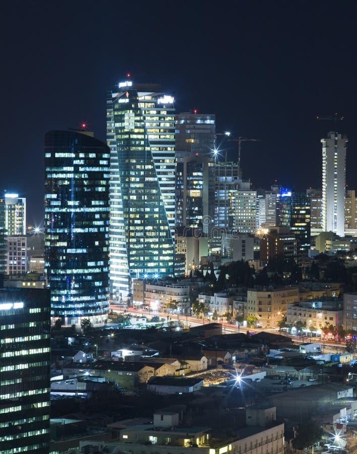 Die Aviv-Skyline - Nachtstadt lizenzfreie stockfotografie