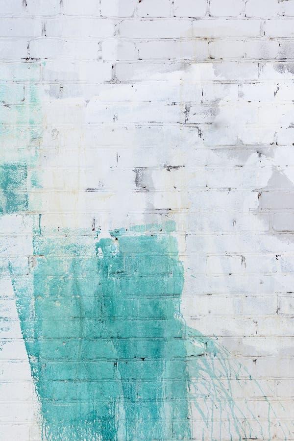 Die Backsteinmauer wird abstrakt mit weißer und grüner Farbe gemalt Hintergrund in der Scheidung, Beschaffenheit lizenzfreie stockfotos