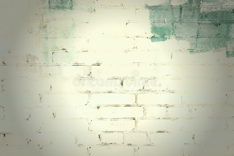 Die Backsteinmauer wird mit gelber und grüner Farbe gemalt Hintergrund mit Vignette und Platz für Text, Beschaffenheit stockbild