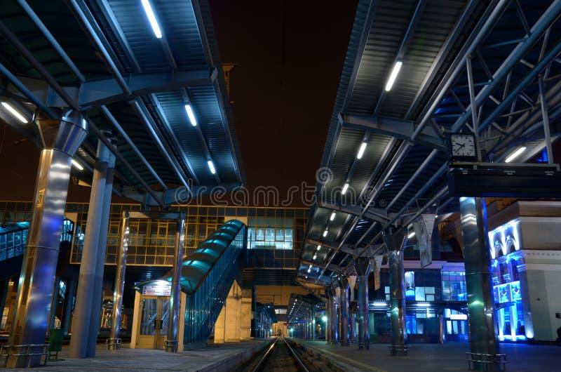 Die Bahnstation nachts lizenzfreie stockfotos