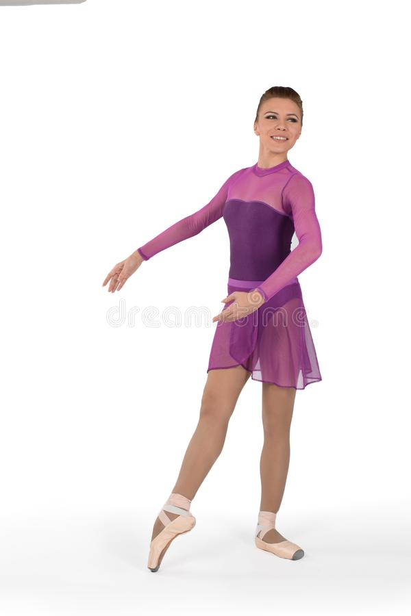 Die Ballerina in den pointes und in einem Kleid tanzt auf ein weißes backgroun stockbild
