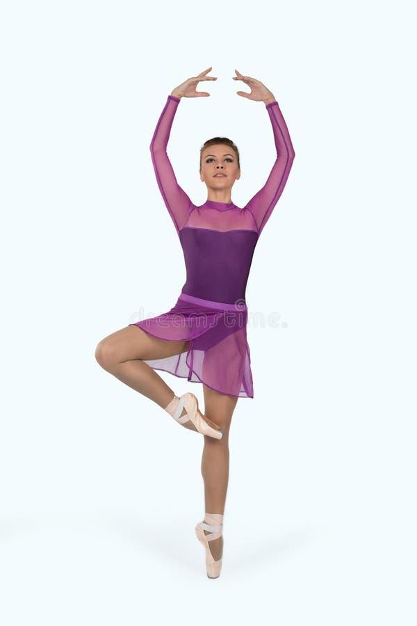 Die Ballerina in den pointes und in einem Kleid tanzt auf ein weißes backgroun stockfoto