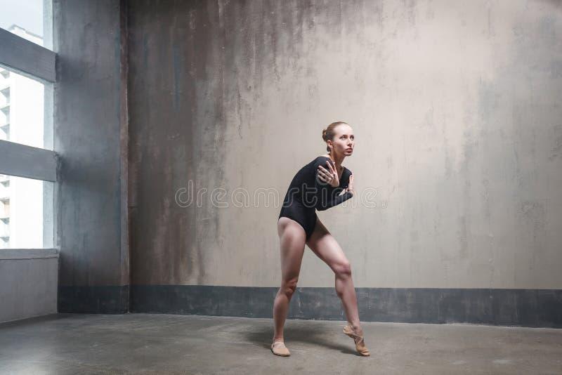Die Ballerina ist eingefroren und in einer kalten Halle umfasst lizenzfreie stockfotografie