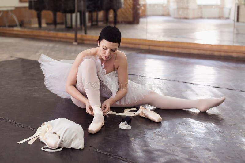 Die Ballerina setzt ein pointes lizenzfreies stockfoto