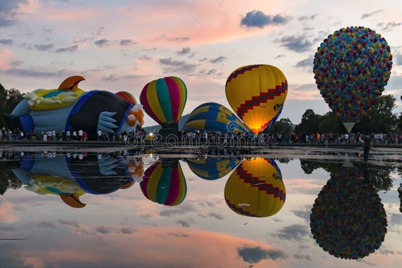 Die Ballone, die mit einer Reflexion im See im Canberra aufblasen, steigen Festival am 13. März 2016 im Ballon auf stockfotografie