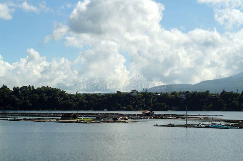 Die Bambusfischkäfige, die mitten in Gebirgssee errichtet werden, stützen unter lizenzfreies stockfoto