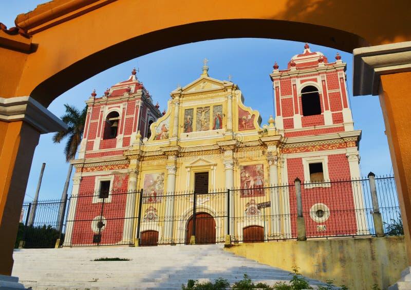 Die barocke Kirchenfassade EL Calvario, gelegen in Leon, Nicaragua stockbild