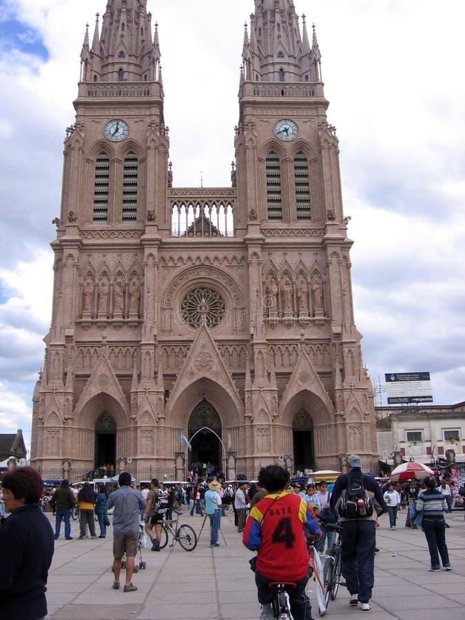 Die Basilika unserer Dame von Lujan steht in der Stadt von Lujan, ungefähr 70 Kilometer westlich der autonomen Stadt von Buenos A stockfoto