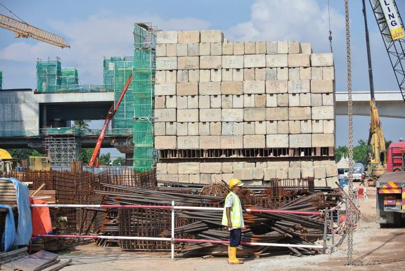 Die Bauarbeiter, welche die Instandhaltung stapeln, laden Prüfstand an der Baustelle stockbilder