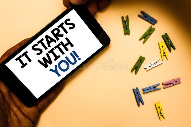 Die Begriffshandschrift, die es zeigt, beginnt mit Ihnen Geschäftsfoto-Text Motivation für das Beginnen, etwas tuend, haben Diszi lizenzfreie stockbilder