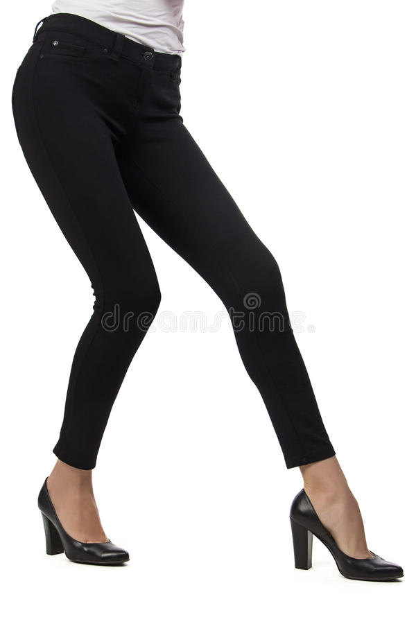 Die Beine der Frau in den schwarzen Hosen lizenzfreies stockbild