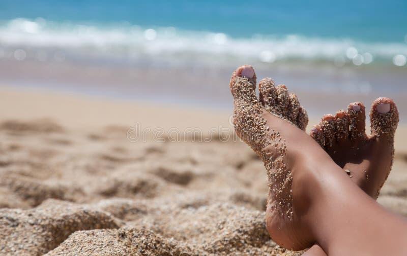 Die Beine der Frau am Strand stockbilder