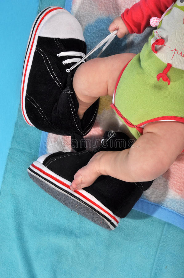 Die Beine des Babys stockfotos
