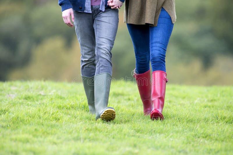 Die Beine des jungen Paares lizenzfreie stockfotos