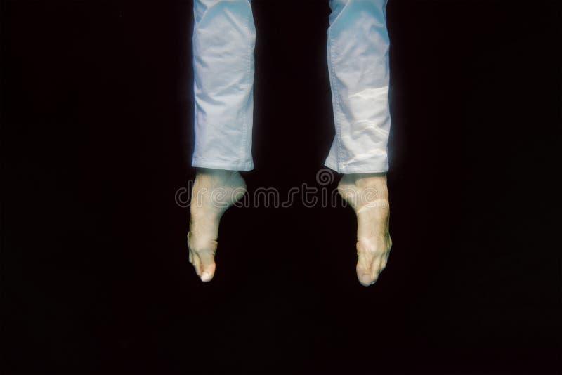 Die Beine des Tanzenmannes Unterwasser stockfotos