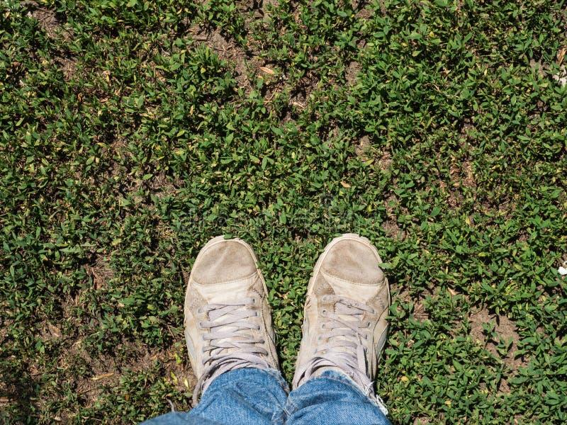 Die Beine eines Mannes zwei auf einem grünen Feld stockbild