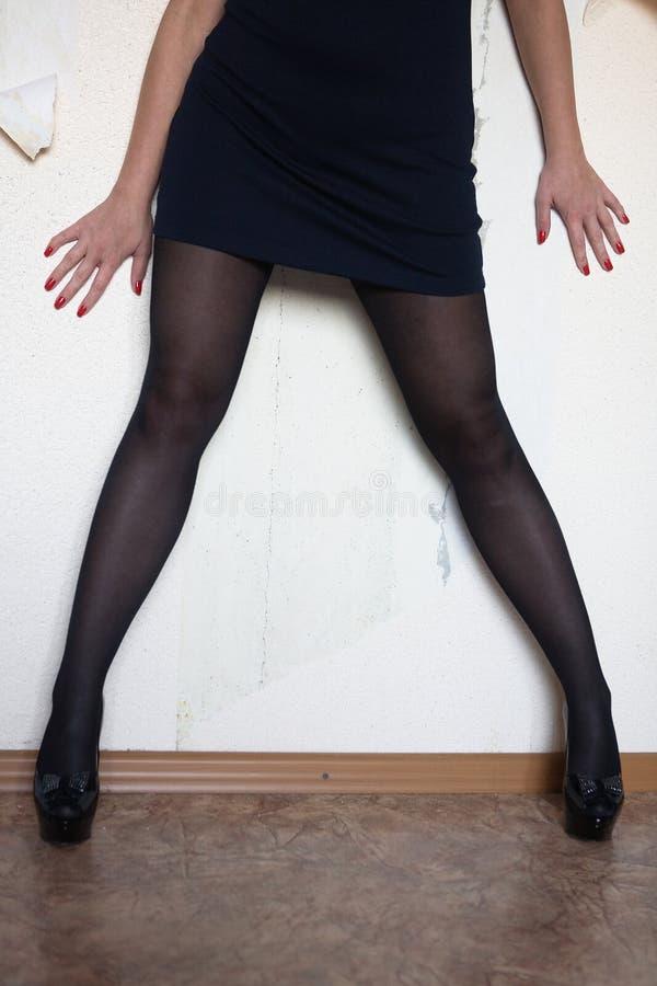 Die Beine und die Arme einer dünnen Frau stockbild