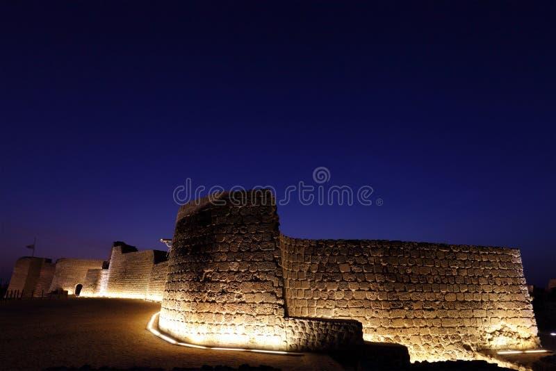 Die belichtete südliche Wand von Bahrain-Fort lizenzfreie stockfotos