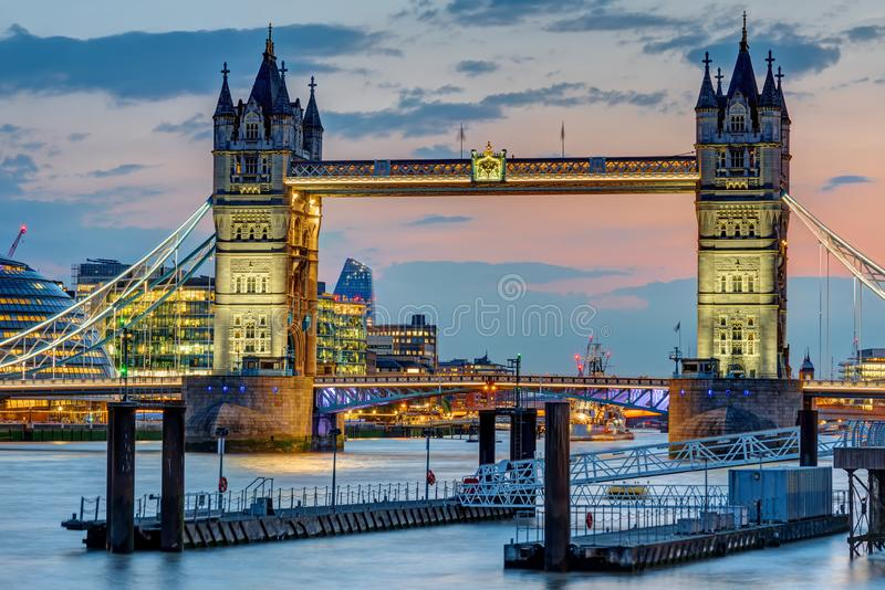 Die berühmte belichtete Turm-Brücke lizenzfreies stockbild