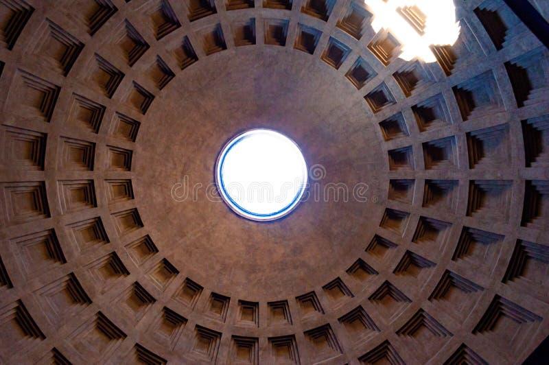 Die berühmte Kassettendeckenhaube des Pantheontempels aller Götter mit breitem offenem Rundbau auf die Oberseite Sonnenlicht stra lizenzfreie stockfotografie