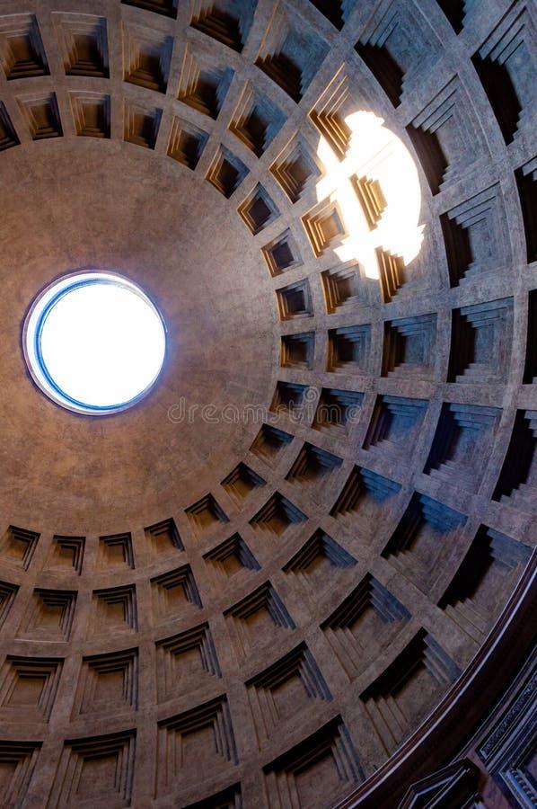 Die berühmte Kassettendeckenhaube des Pantheontempels aller Götter mit breitem offenem Rundbau auf die Oberseite Sonnenlicht stra lizenzfreie stockbilder