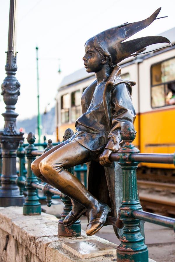 Die berühmte kleine Prinzessinstatue hergestellt von Laszlo Marton, der auf den Geländern der Donau-Promenade in Budapest sitzt stockbild