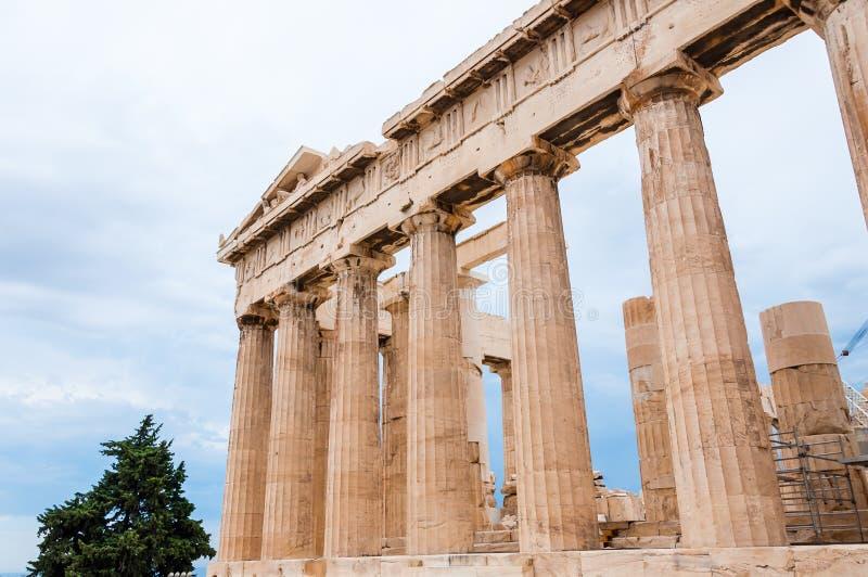 Die berühmte Parthenontempel-Spaltenfassade auf Akropolishügel unter Rekonstruktion Es wurde im mid-5th Jahrhundert bce errichtet stockbild