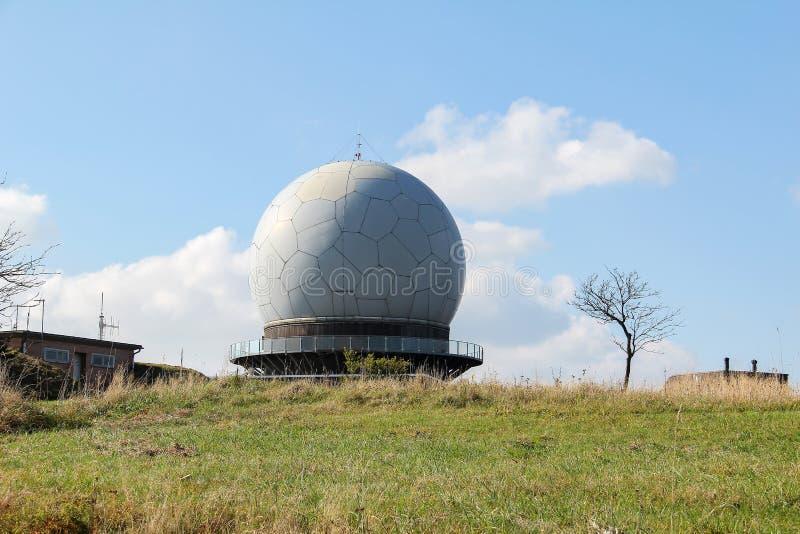 Die berühmte Radar-Haube auf dem Wasserkuppe-Berg lizenzfreie stockfotos