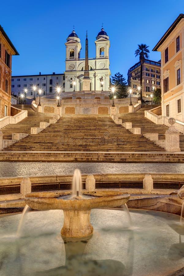 Die berühmte Spanische Treppe mit Springbrunnen lizenzfreie stockbilder
