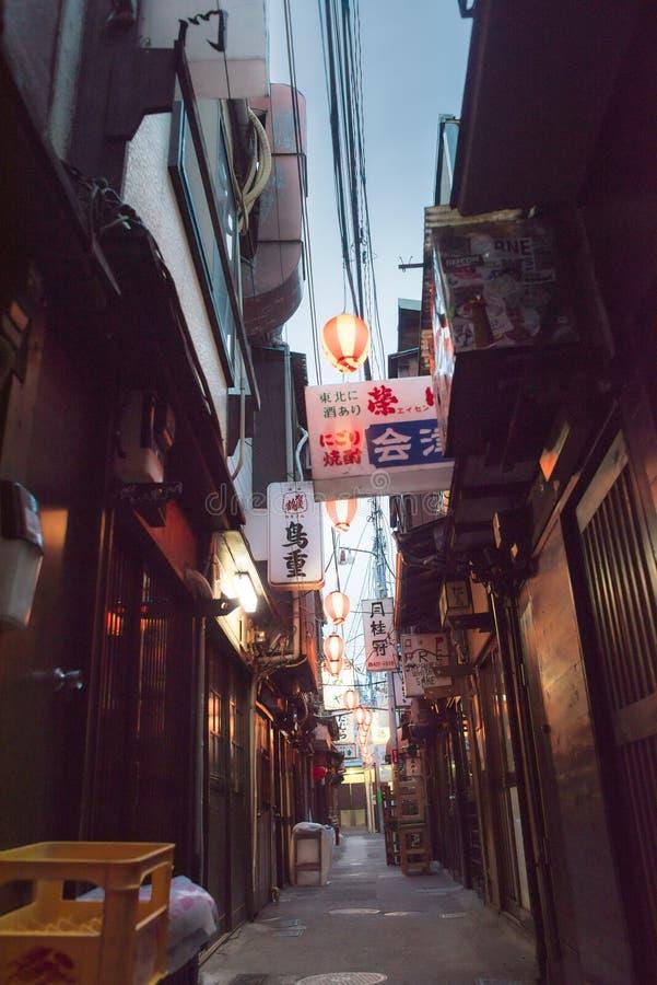 Die berühmte Zurückgasse nahe der Shibuya-Überfahrt lizenzfreie stockfotografie