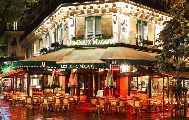 Die berühmten Café Deux-magots nachts regnerisches, Paris, Frankreich lizenzfreie stockfotos