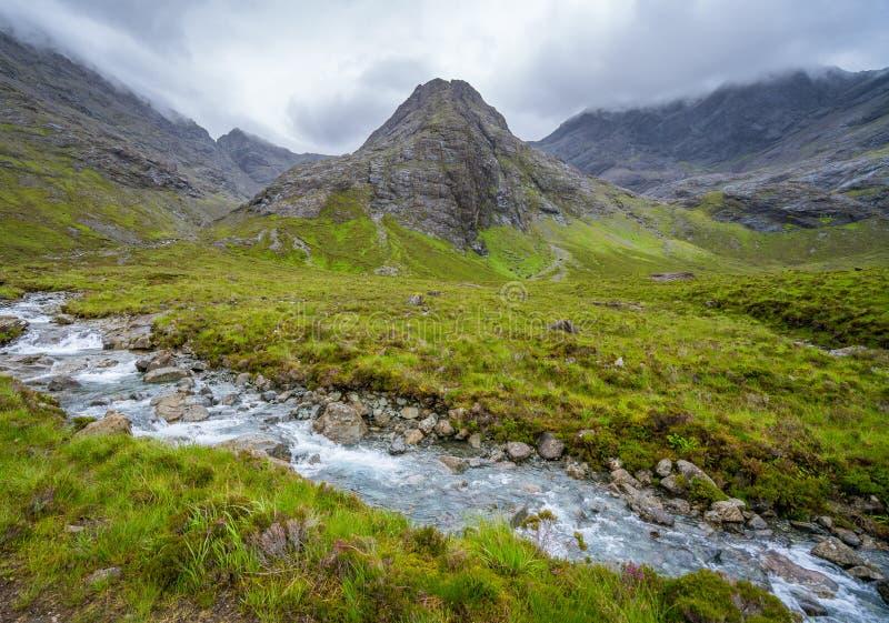 Die berühmten feenhaften Pools mit den schwarzen Cuillin-Bergen im Hintergrund, Insel von Skye, Schottland stockfotos