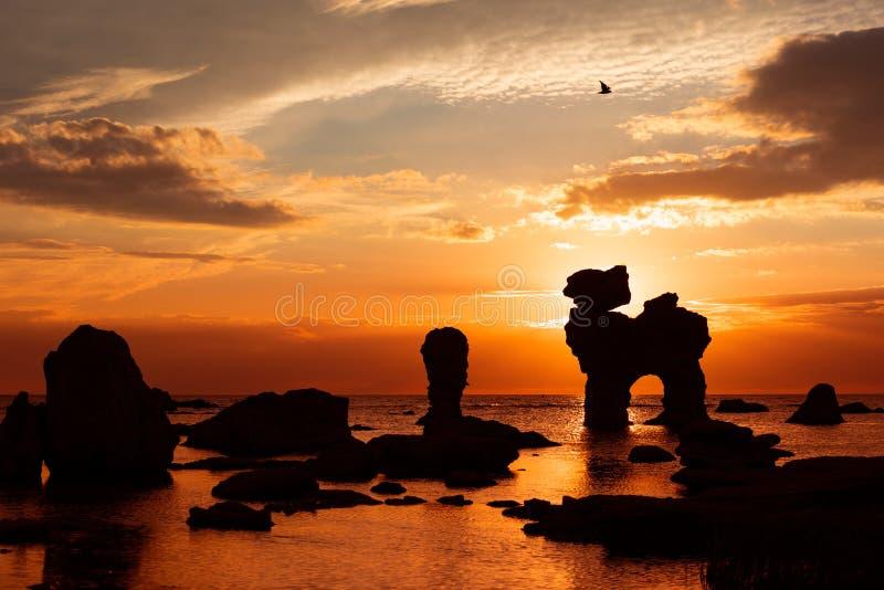 Die berühmten Felsen auf Färöer bei Sonnenuntergang lizenzfreies stockfoto