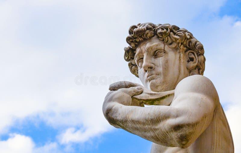 Die berühmteste Statue in Florenz, David von Michelangelo, Italien lokalisierte im blauen Himmel lizenzfreie stockbilder