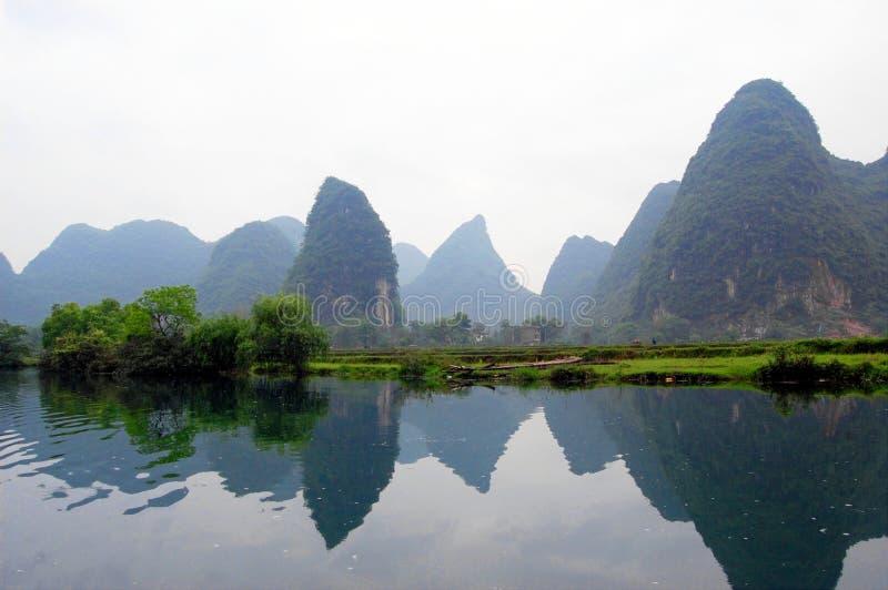 Die Berge durch den Fluss stockfotografie
