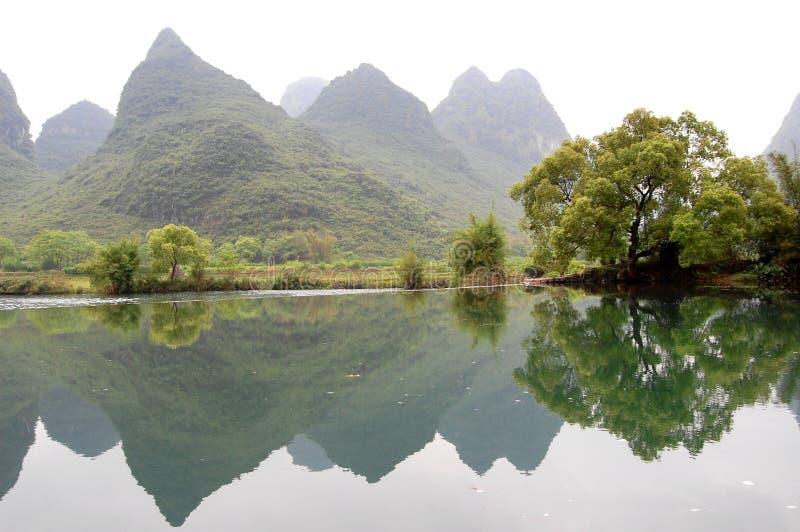 Die Berge und der See stockbild