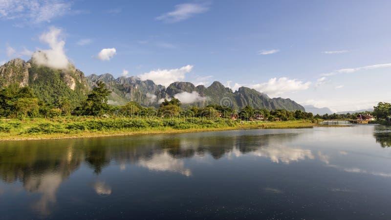 Die Berge werden im Wasser des Nam Song-Flusses in Vang Vieng, Laos reflektiert stockfotos