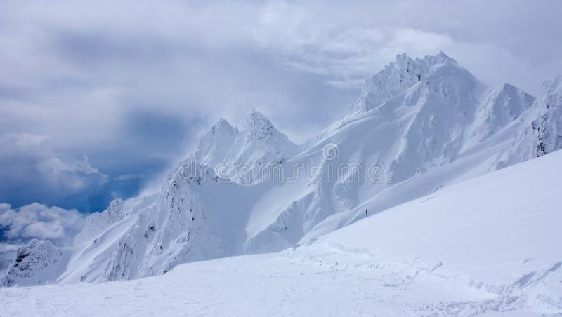 Die Berggipfel in Whakapapa Ski Resort auf Vulkan Mt Ruapehu in der Nordinsel von Neuseeland bedeckten durch tiefe Schneeschichte lizenzfreie stockfotos