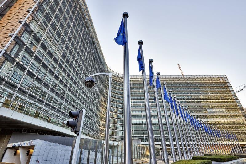 Die Berlaymont-Gebäude anf Flaggen stockfoto
