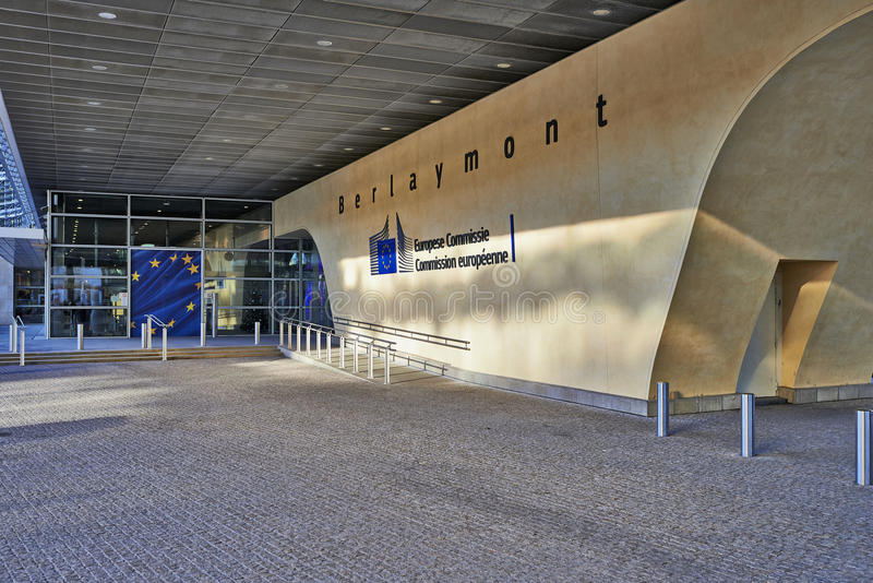 Die Berlaymont-Gebäude anf Flaggen stockfotografie
