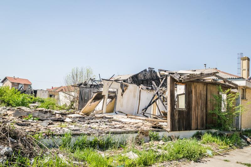 Die ?berreste des gebrannten Hauses stockbild