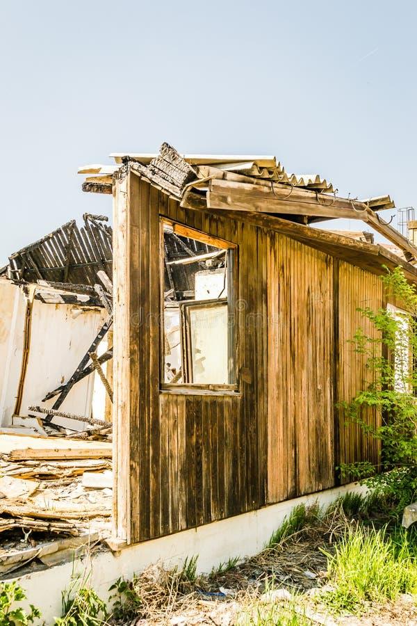 Die ?berreste des gebrannten Hauses stockfoto