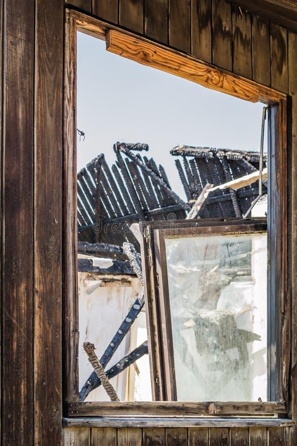 Die ?berreste des gebrannten Hauses lizenzfreies stockfoto