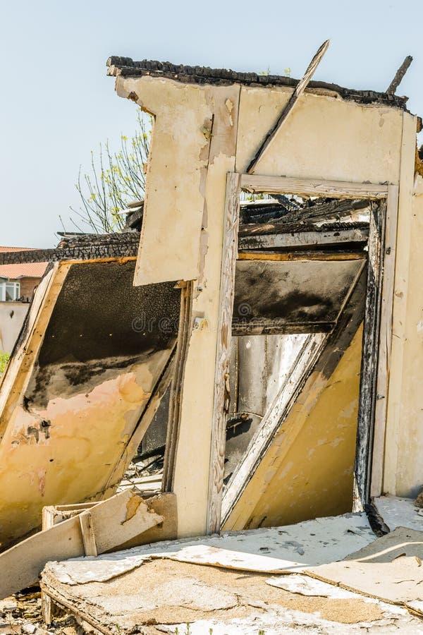 Die ?berreste des gebrannten Hauses stockfotografie