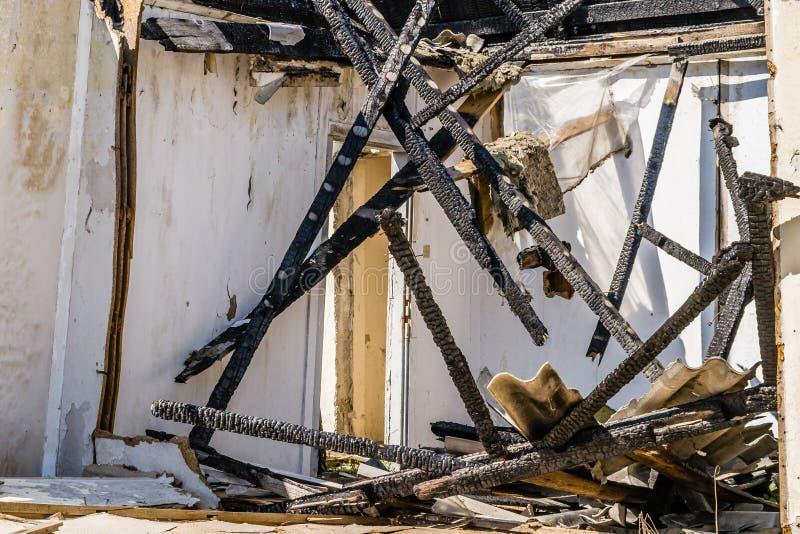 Die ?berreste des gebrannten Hauses lizenzfreie stockbilder
