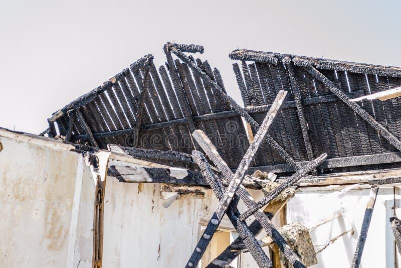 Die ?berreste des gebrannten Hauses stockbilder