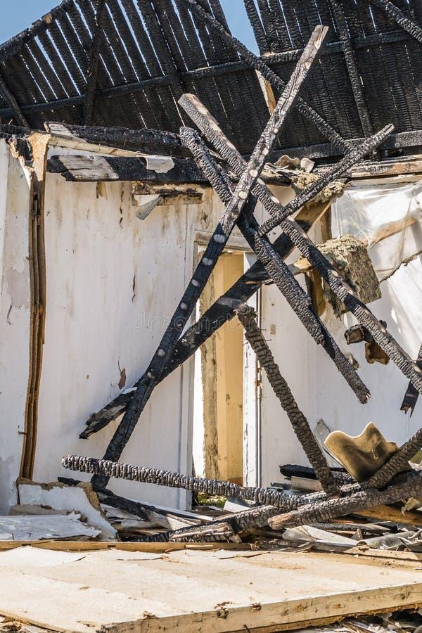 Die ?berreste des gebrannten Hauses lizenzfreie stockfotografie