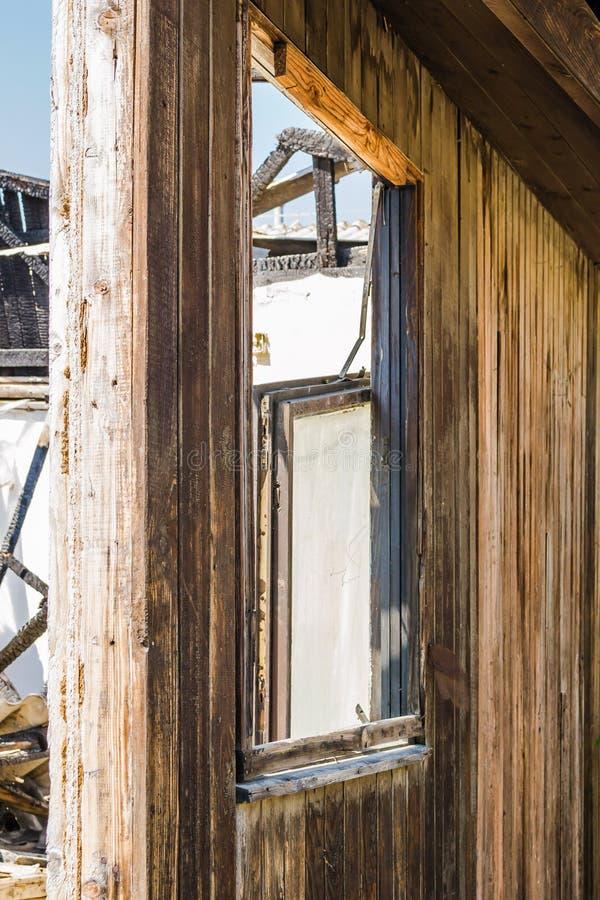 Die ?berreste des gebrannten Hauses lizenzfreies stockbild